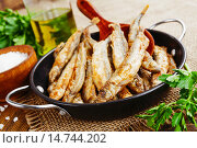 Купить «Жареная рыба в сковороде на столе», фото № 14744202, снято 5 декабря 2015 г. (c) Надежда Мишкова / Фотобанк Лори