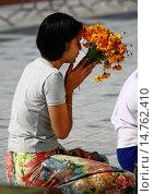 Купить «The Shwedagon Pagoda, called the Great Dagon Pagoda or the Golden Pagoda, is a 99 metres gilded pagoda and stupa located in Yangon, it lies to the west...», фото № 14762410, снято 18 декабря 2005 г. (c) age Fotostock / Фотобанк Лори
