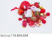 Красные новогодние игрушки на белом снегу. Стоковое фото, фотограф Наталья Богуцкая / Фотобанк Лори