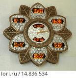 Купить «Часы в виде цветка на стене, показывающие различное время и даты, интерьер внутри большой белой мечети шейха Заида, Абу Даби, ОАЭ», фото № 14836534, снято 28 октября 2014 г. (c) SevenOne / Фотобанк Лори