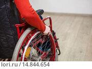 Рука человека, сидящего в инвалидной каталке, на колесе кресла. Стоковое фото, фотограф Кекяляйнен Андрей / Фотобанк Лори