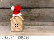 Купить «Картонный домик в красном колпаке. Праздничные скидки», фото № 14859286, снято 4 декабря 2015 г. (c) Наталья Осипова / Фотобанк Лори