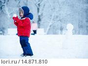 Купить «Маленький мальчик играет в снежки», фото № 14871810, снято 18 октября 2018 г. (c) Ирина Мойсеева / Фотобанк Лори