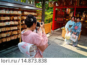Купить «Japanese woman wearing traditional kimono taking photographs at the Kiyomizu Temple.», фото № 14873838, снято 17 июля 2013 г. (c) age Fotostock / Фотобанк Лори