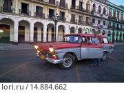 Купить «An old American Car parked next to the buildings of Old Havana at Night.», фото № 14884662, снято 10 февраля 2013 г. (c) age Fotostock / Фотобанк Лори