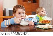 Купить «children eating dairy breakfast», фото № 14886434, снято 20 июня 2019 г. (c) Яков Филимонов / Фотобанк Лори