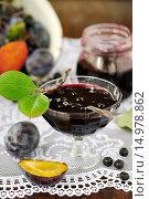 Купить «Варенье из черноплодной рябины и сливы в вазочке на столе», фото № 14978862, снято 6 сентября 2013 г. (c) Татьяна Ворона / Фотобанк Лори