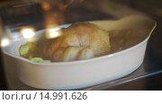 Купить «Курица запекается в духовке. Таймлапс», видеоролик № 14991626, снято 18 ноября 2015 г. (c) Илья Насакин / Фотобанк Лори