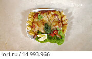 Купить «Жареная курица с овощами на тарелке», видеоролик № 14993966, снято 18 ноября 2015 г. (c) Илья Насакин / Фотобанк Лори