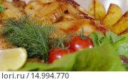 Купить «Запеченная курица с овощами», видеоролик № 14994770, снято 18 ноября 2015 г. (c) Илья Насакин / Фотобанк Лори