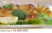 Купить «Запеченная курица с овощами», видеоролик № 14995050, снято 18 ноября 2015 г. (c) Илья Насакин / Фотобанк Лори