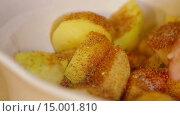Купить «Добавление специй в картофель», видеоролик № 15001810, снято 18 ноября 2015 г. (c) Илья Насакин / Фотобанк Лори