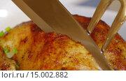 Купить «Мужчина разрезает приготовленную курицу», видеоролик № 15002882, снято 18 ноября 2015 г. (c) Илья Насакин / Фотобанк Лори