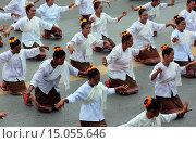 Купить «Eine traditionelle Tanz Gruppe zeigt sich an der Festparade beim Bun Bang Fai oder Rocket Festival in Yasothon im Isan im Nordosten von Thailand.», фото № 15055646, снято 23 июля 2019 г. (c) age Fotostock / Фотобанк Лори