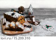 Штоллен — традиционная немецкая рождественская выпечка на сером деревянном столе. Стоковое фото, фотограф Sergey Fatin / Фотобанк Лори