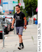 Купить «Shia LaBeouf dressed down wearing ripped cut off jeans, Chicken Shack t-shirt and socks with his sneakers as he goes on errands out and about in West Hollywood...», фото № 15265766, снято 22 мая 2014 г. (c) age Fotostock / Фотобанк Лори