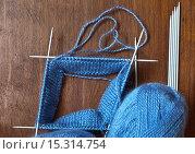 Рукоделие. Вывязывание на пяти спицах двойную резинку. Круговое бесшовное вязание. Стоковое фото, фотограф Виктория Катьянова / Фотобанк Лори