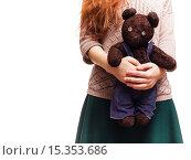 Девушка со старой игрушкой в руках. Стоковое фото, фотограф Виктор Колдунов / Фотобанк Лори