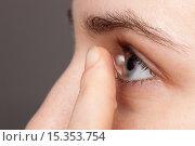 Девушка использует контактные линзы. Стоковое фото, фотограф Виктор Колдунов / Фотобанк Лори