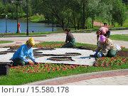 Купить «Благоустройство территории парка. Государственный музей-заповедник «Царицыно». Москва», эксклюзивное фото № 15580178, снято 4 июня 2009 г. (c) lana1501 / Фотобанк Лори