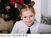Купить «Портрет девочки у новогодней ёлки», фото № 15639418, снято 5 декабря 2015 г. (c) Инга Макеева / Фотобанк Лори