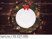 Купить «Рождественский венок на стене», фото № 15727390, снято 11 декабря 2015 г. (c) Инга Макеева / Фотобанк Лори