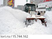 Купить «Трактор с плужно-роторным механизмом расчищает улицу от снега», фото № 15744162, снято 1 декабря 2015 г. (c) Алексей Маринченко / Фотобанк Лори