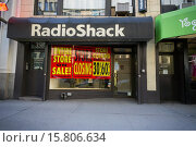 Купить «A RadioShack store in New York displays it closing sales.As part of their bankruptcy RadioShack will close almost 1800 stores nationwide including 66 in the New York area.», фото № 15806634, снято 11 февраля 2015 г. (c) age Fotostock / Фотобанк Лори