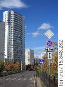 Купить «Остановка транспорта запрещена», эксклюзивное фото № 15848282, снято 20 сентября 2015 г. (c) Игорь Веснинов / Фотобанк Лори