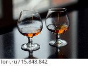 Два бокала с коньяком стоят на барной стойке. Стоковое фото, фотограф Ирина Океанова / Фотобанк Лори