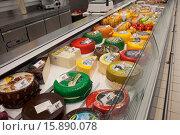 Купить «Сыр на прилавке в магазине», фото № 15890078, снято 19 сентября 2015 г. (c) Литвяк Игорь / Фотобанк Лори