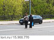 Купить «Нарушители ПДД на дороге в неположенном месте», эксклюзивное фото № 15900770, снято 5 мая 2012 г. (c) Алёшина Оксана / Фотобанк Лори