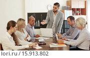 Купить «Angry manager shouting at employees in office», видеоролик № 15913802, снято 19 октября 2015 г. (c) Яков Филимонов / Фотобанк Лори