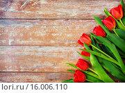 Купить «close up of red tulips on wooden background», фото № 16006110, снято 3 марта 2015 г. (c) Syda Productions / Фотобанк Лори