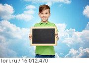 Купить «happy boy in t-shirt holding blank chalk board», фото № 16012470, снято 6 ноября 2015 г. (c) Syda Productions / Фотобанк Лори