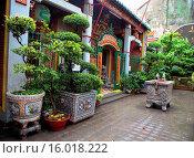 Купить «Phuoc An Hoi Quan Pagoda, Cholon, Ho Chi Minh City (Saigon), Vietnam.», фото № 16018222, снято 6 августа 2014 г. (c) age Fotostock / Фотобанк Лори