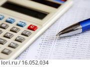 Купить «Бизнес-натюрморт. Калькулятор, ручка и таблица с цифрами», эксклюзивное фото № 16052034, снято 14 декабря 2015 г. (c) Юрий Морозов / Фотобанк Лори