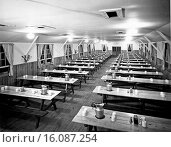 Купить «United States: c. 1950.A rustic but precise dining hall ready for serving.», фото № 16087254, снято 4 июля 2020 г. (c) age Fotostock / Фотобанк Лори