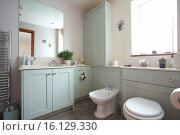 Купить «Bathroom interior in a home in the UK in a pastel blue - green color.», фото № 16129330, снято 6 сентября 2014 г. (c) age Fotostock / Фотобанк Лори