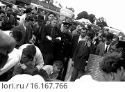 Interest in the new BRM V16 on it's debut in the International Trophy race, Silverstone, Goodwood, England 1950. Стоковое фото, фотограф GP Library \ UIG / age Fotostock / Фотобанк Лори