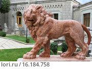 Купить «Терракотовый лев на крыльце парадного входа в Юсуповский дворец. Кореиз, Крым», фото № 16184758, снято 19 сентября 2014 г. (c) Наталья Гармашева / Фотобанк Лори