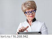 Купить «Пожилая женщина покупает товары через интернет при помощи планшета», фото № 16268942, снято 13 декабря 2015 г. (c) Кекяляйнен Андрей / Фотобанк Лори