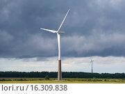 Купить «Два ветряных электрогенератора под грозовым небом. Эстония», фото № 16309838, снято 31 июля 2015 г. (c) Виктор Карасев / Фотобанк Лори