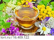 Купить «Чай из цветов в стеклянной чашкой на темной доске», фото № 16409122, снято 14 июля 2015 г. (c) Резеда Костылева / Фотобанк Лори