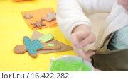 Купить «Украшение имбирного печенья глазурью», видеоролик № 16422282, снято 14 декабря 2015 г. (c) Алексндр Сидоренко / Фотобанк Лори