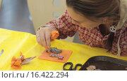Купить «Девочка украшает имбирное печенье глазурью», видеоролик № 16422294, снято 14 декабря 2015 г. (c) Алексндр Сидоренко / Фотобанк Лори
