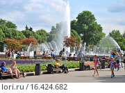 Купить «Люди отдыхают у фонтана в парке Горького в Москве летом», эксклюзивное фото № 16424682, снято 3 июля 2014 г. (c) lana1501 / Фотобанк Лори