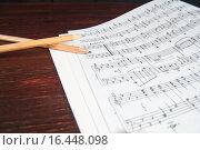 Купить «Музыкальные ноты и два карандаша на столе», фото № 16448098, снято 13 апреля 2015 г. (c) Сергей Лабутин / Фотобанк Лори