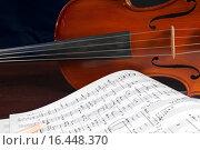 Музыкальные ноты и скрипка. Стоковое фото, фотограф Сергей Лабутин / Фотобанк Лори