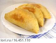Купить «Домашние пирожки с начинкой на тарелке», эксклюзивное фото № 16451110, снято 6 января 2014 г. (c) lana1501 / Фотобанк Лори